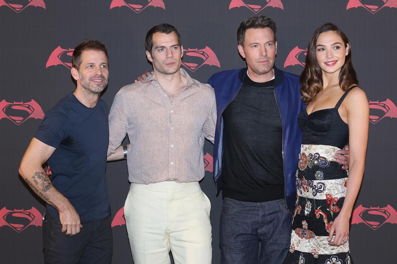 画像: 左から『バットマン vs スーパーマン ジャスティスの誕生』の監督を務めたザック・スナイダー氏、クラーク・ケント/スーパーマン役のヘンリー・カヴィル、ブルース・ウェイン/バットマン役のベン・アフレック、ダイアナ・プリンス/ワンダーウーマン役のガル・ガドット。