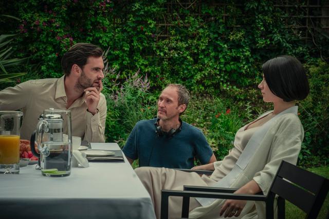 画像: エリック・リクター・ストランド監督とシーンの合間に話しこむイヴとトム。Netflixオリジナルシリーズ『瞳の奥に』独占配信中