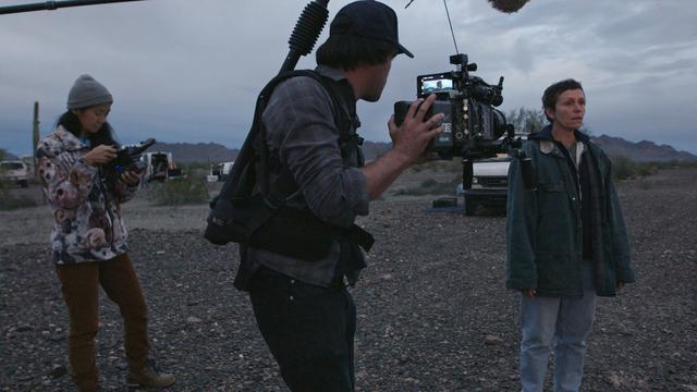 画像: クロエ・ジャオ監督(左)と『ノマドランド』主演のフランシス・マクドーマンド(右)。