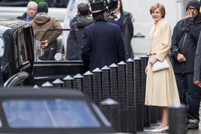 画像: ロンドンで『ザ・クラウン』を撮影中のヘンリー王子の母ダイアナ妃役のエマ・コリン。
