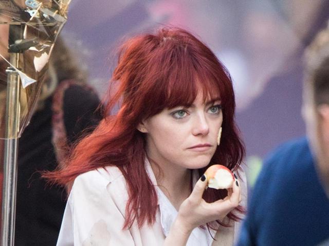 画像: エマ・ストーン『クルエラ』撮影中、赤髪にイメチェンしてロンドンを全力疾走 - フロントロウ -海外セレブ情報を発信