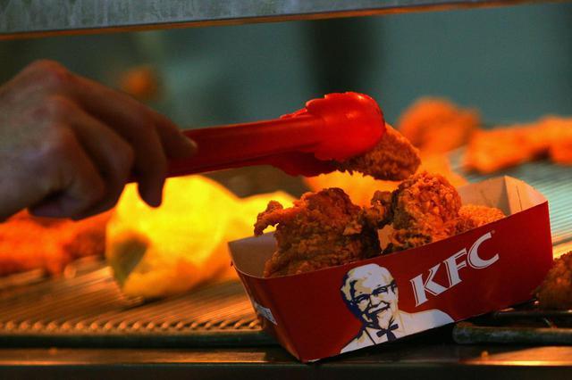 画像: フライドチキンを食べた客が「異物混入」を指摘