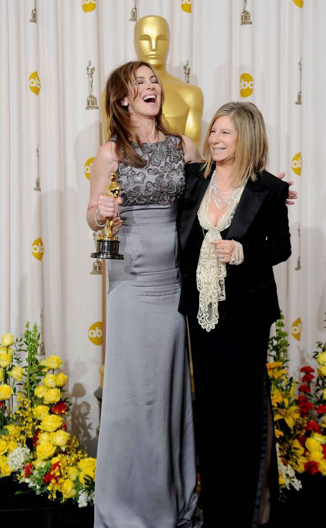 画像: 第82回アカデミー賞で女性として史上初の監督賞を受賞したキャスリン・ビグロー監督と、バーブラ・ストライサンド監督。