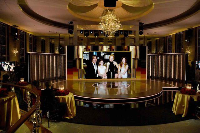 画像: ゴールデン・グローブ賞の会場のスクリーンに映し出されたニコール一家。