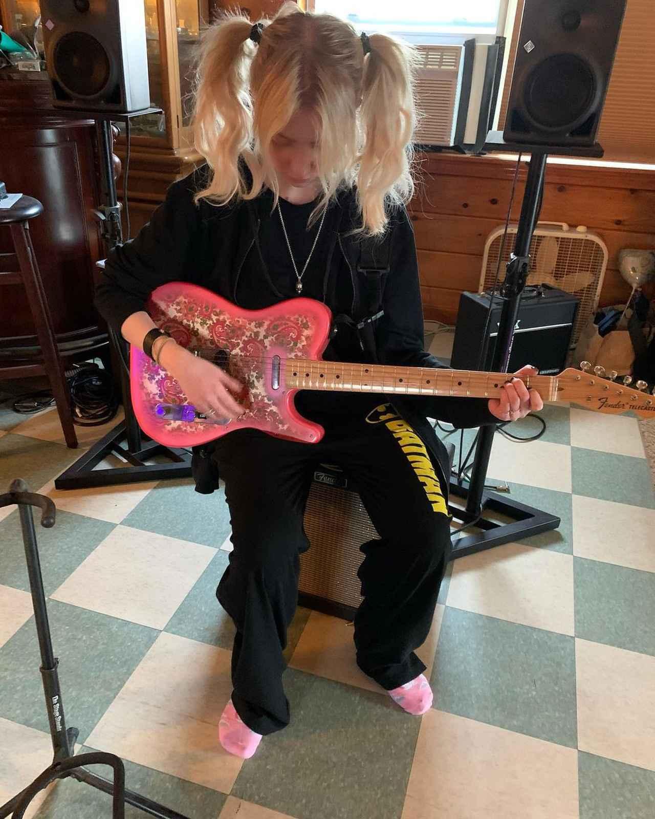 画像: ピンクのギターを持って自粛生活を送るテイラー。