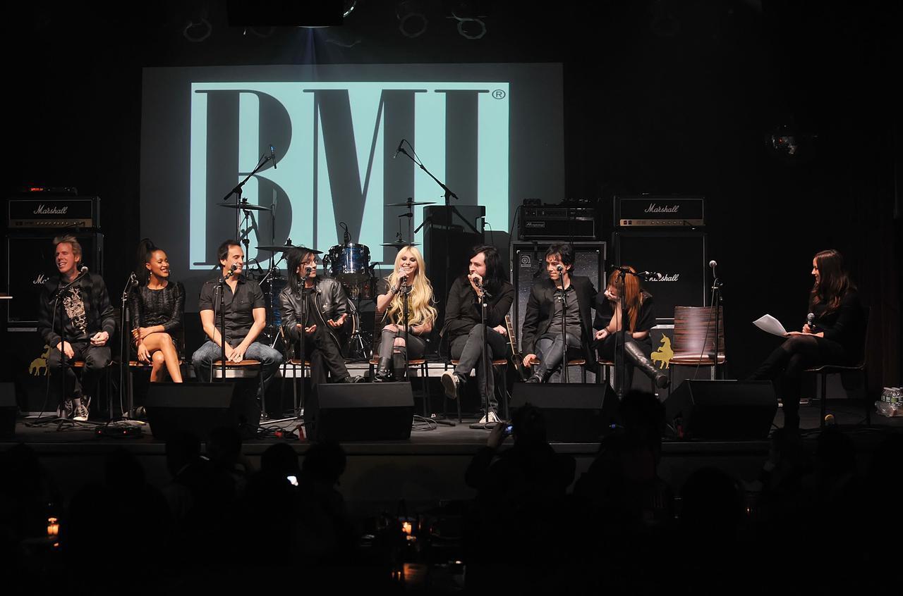 画像: 2010年にニューヨークで行なわれたイベントにて。中央にいるテイラーの左に座っているのがケイトー・カンドゥワラ。