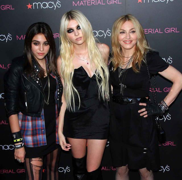 画像: マドンナ(右)の娘のローデス・レオン(左)と共に、マドンナのファッションブランド「マテリアル・ガール」のモデルを務めたことも。