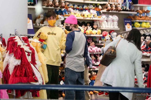 画像2: ディズニーストアで買い物中のジャスティン・ビーバーを激写