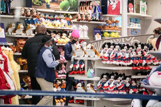 画像4: ディズニーストアで買い物中のジャスティン・ビーバーを激写