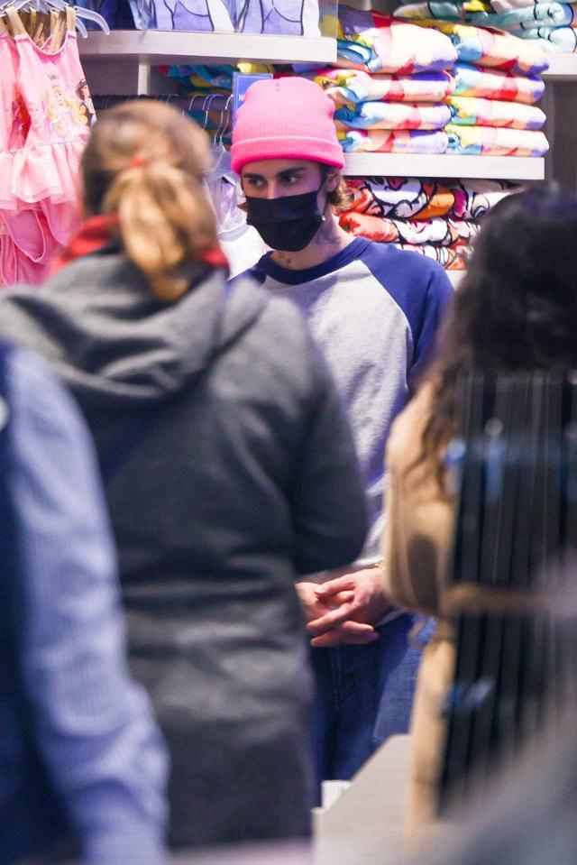 画像1: ディズニーストアで買い物中のジャスティン・ビーバーを激写