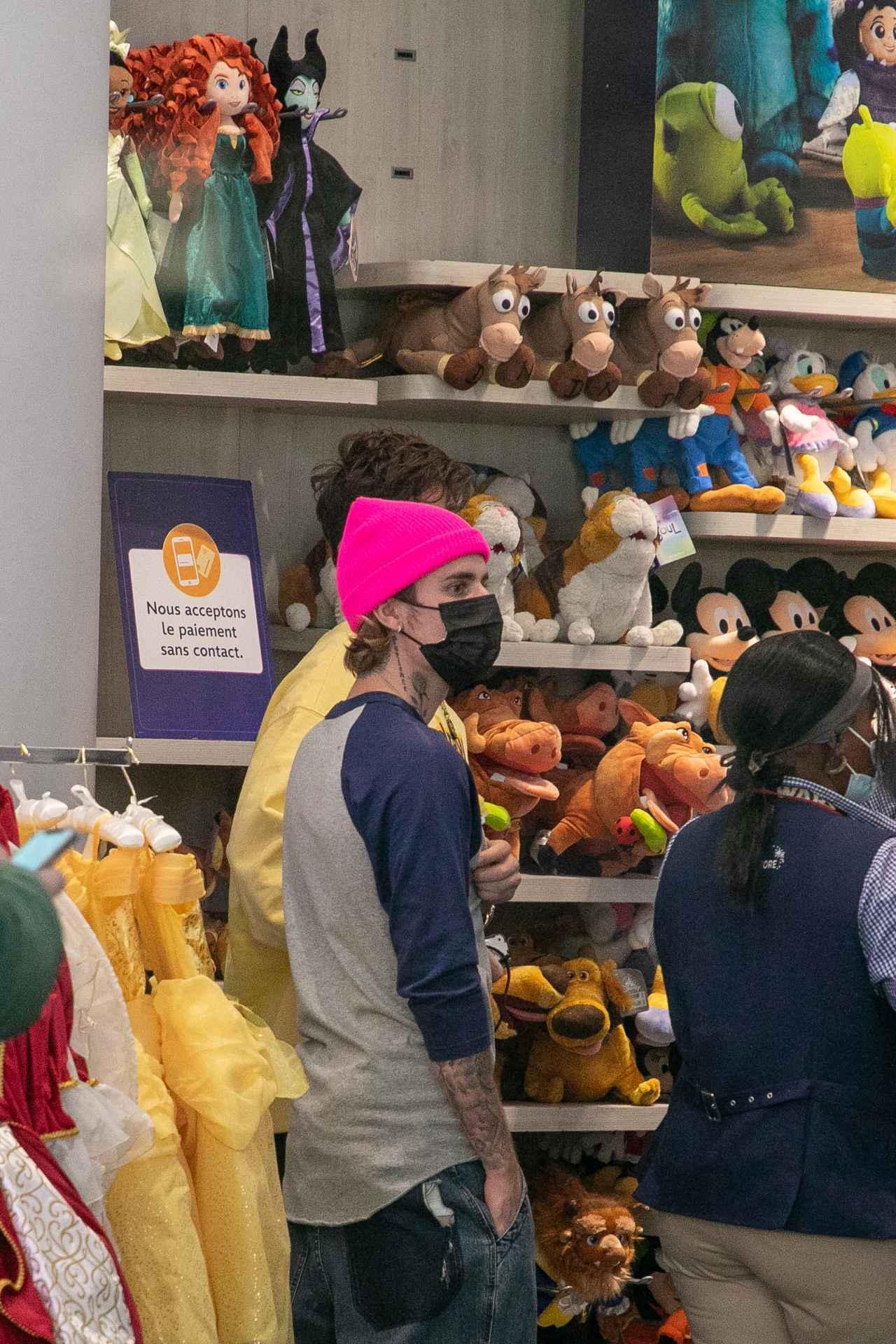 画像3: ディズニーストアで買い物中のジャスティン・ビーバーを激写