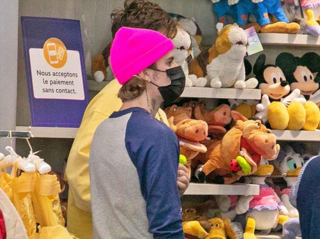 画像: ジャスティン・ビーバーがディズニーストアで買い物、真剣な表情で品定め【写真アリ】 - フロントロウ -海外セレブ情報を発信
