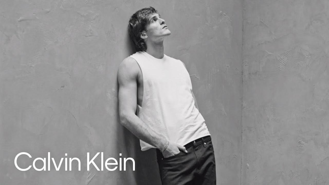画像: Jacob Elordi   Calvin Klein Spring 2021 Campaign フォトグラファー: マリオ・ソレンティ/ディレクター: テレンス・ナンス