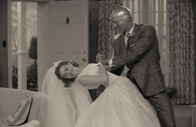 画像: 新婚ホヤホヤのワンダとヴィジョン。おしどり夫婦の2人がかわいい!