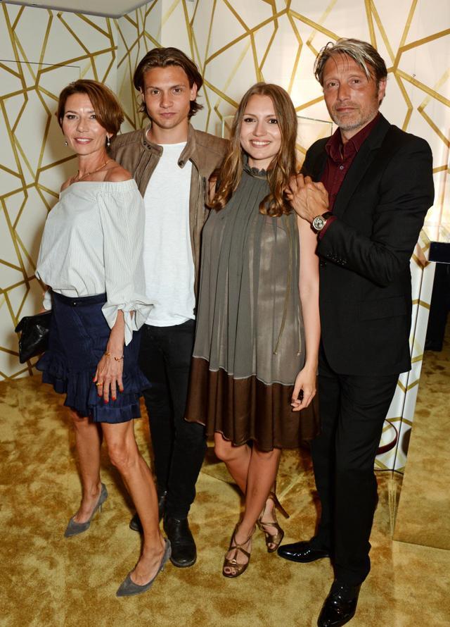画像: 2016年、カンヌ映画祭の期間中に開催されたイベントに娘ヴィオラ、妻ハンネ、息子カールを同伴したマッツ。