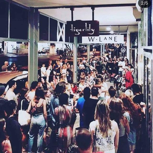 画像: トーンズ・アンド・アイが路上ライブをするところには大きな人だかりが出来るように。