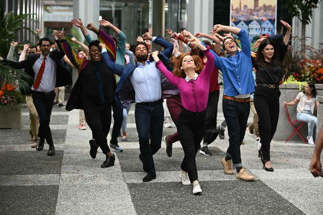 画像: 『ゾーイの超イケてるプレイリスト』はキャラクターたちがその場で歌うだけでなく、街中を駆け回って踊る!
