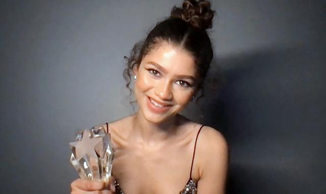 画像: ゼンデイヤがCritics Choice AwardsでSeeHer賞を受賞