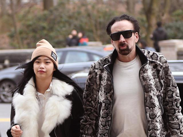 画像: ニコラス・ケイジ、日本人の新恋人とデート中に道端で「新型コロナウイルス」感染対策 - フロントロウ -海外セレブ情報を発信