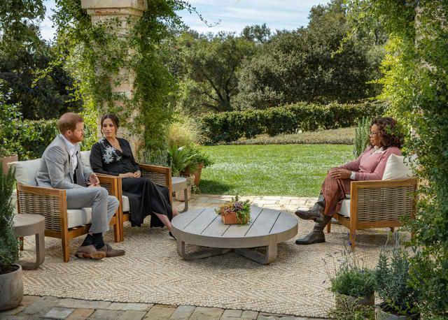 画像: オプラ・ウィンフリーとのインタビューに臨むヘンリー王子とメーガン妃。