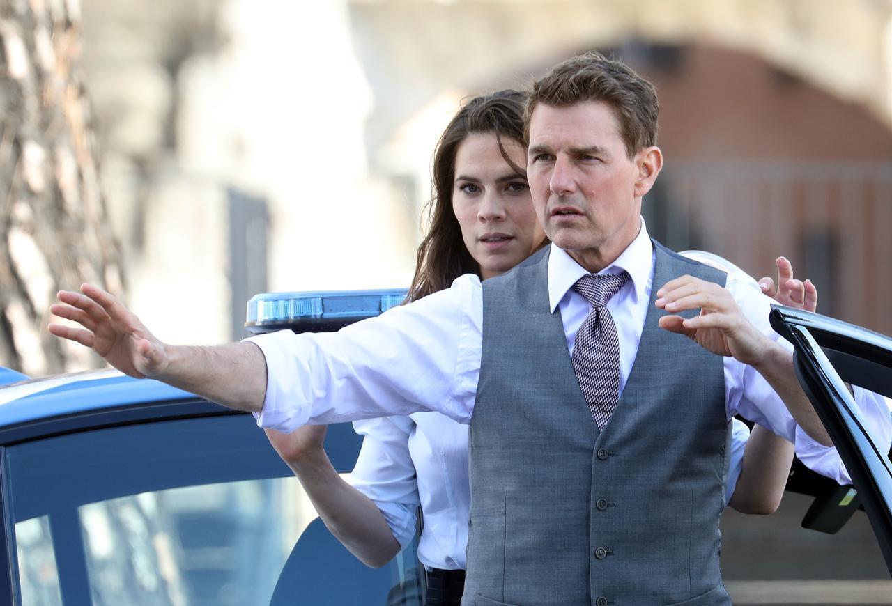 画像: シリーズ最新作『ミッション:インポッシブル7(仮)』の撮影に、共演者のヘイリー・アトウェルとともに臨むトム・クルーズ。