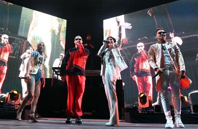 画像: 2019年のコーチェラ・ミュージック・フェスティバルでDJスネーク(中央左)とオズナ(右端)と一緒に「Taki Taki」をパフォーマンスするカーディとセレーナ。