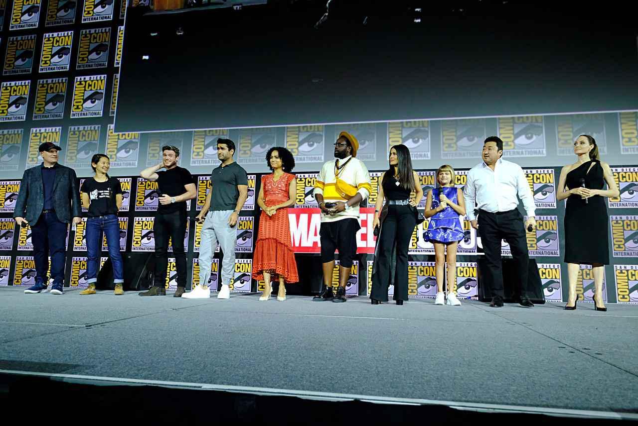 画像: 『エターナルズ』のキャストたち。左から2番目がクロエ・ジャオ監督。