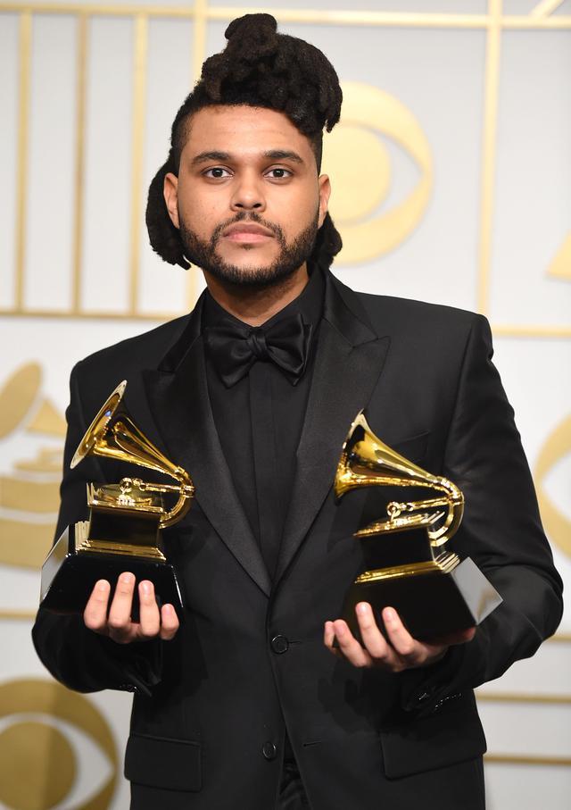 画像: 2016年に開催された第58回グラミー賞授賞式で、最優秀R&Bパフォーマンス賞と最優秀アーバン・コンテンポラリー・アルバム賞を受賞したザ・ウィークエンド。