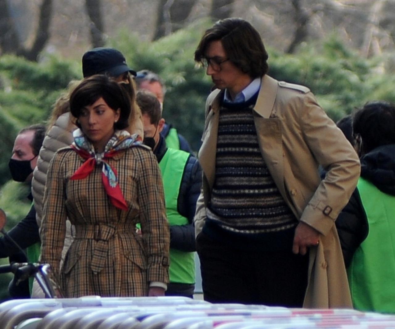 画像: ミラノ市内で撮影を行うガガとアダム。