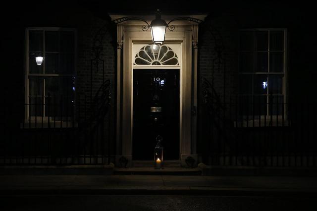 画像: サラのために祈りを、首相官邸もライトを置く