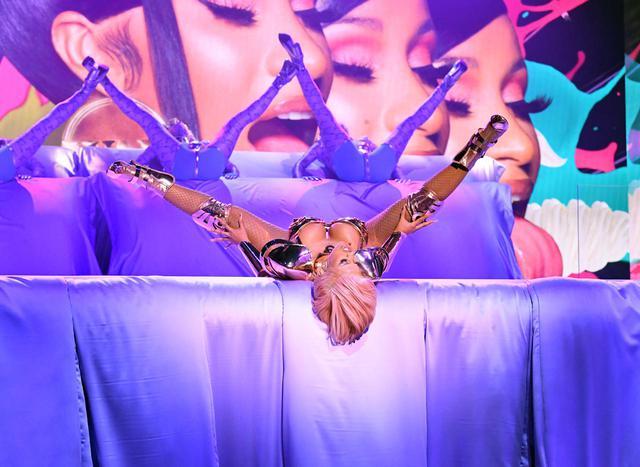 画像2: カーディ・Bがグラミー賞のステージで「WAP」を堂々披露