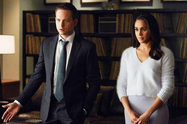 画像: 『SUITS/スーツ』に出演していた頃のパトリック・J・アダムスとメーガン妃。