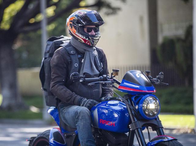 画像1: キアヌ・リーブスがArchに乗って街を駆け抜ける