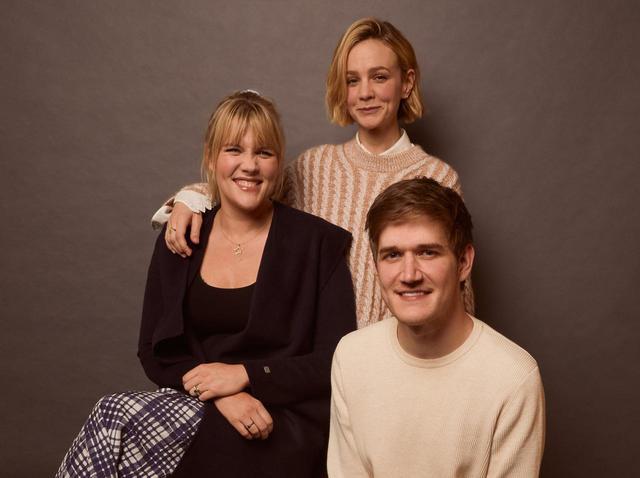 画像: エメラルド・フェネル監督(左)、キャリー・マリガン(後ろ)、ライアン役のボー・バーナム(右)。
