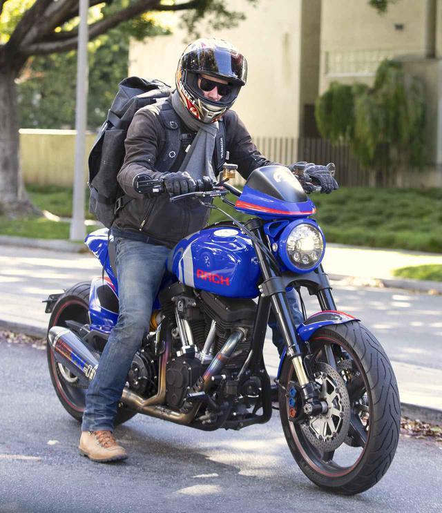 画像3: キアヌ・リーブスがArchに乗って街を駆け抜ける
