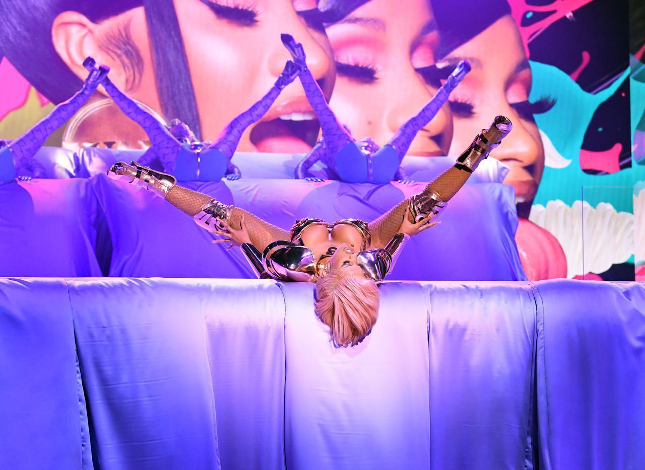 画像: グラミー賞のステージで「WAP」のパフォーマンスを披露するカーディ・B。
