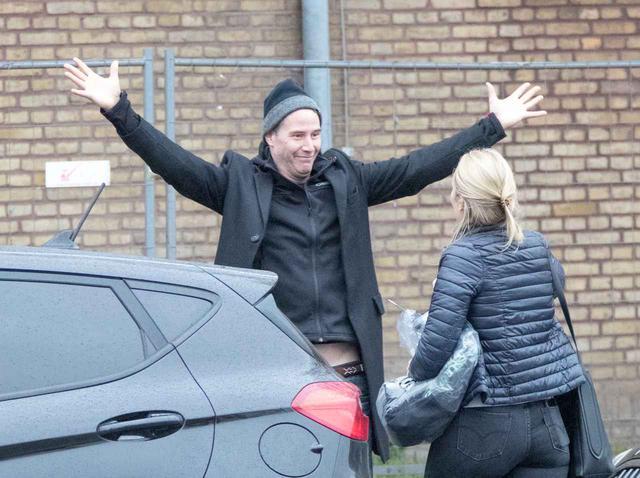 画像: キアヌ・リーブスが両手広げて笑顔でハグ待ち!友達に見せた顔が可愛すぎる!! - フロントロウ -海外セレブ情報を発信
