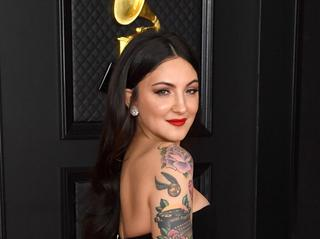 グラミー賞にノミネート歌手がわき毛を生やして参加した理由