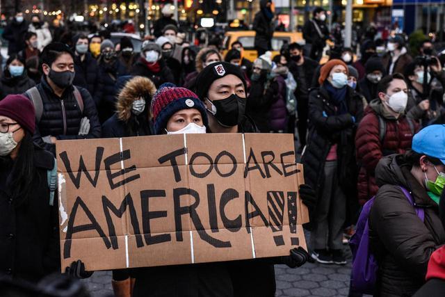 画像: アメリカ各地でアジア系へのヘイトクライムに抗議するプロテストが起こっている。(2021年3月19日にニューヨークで撮影)