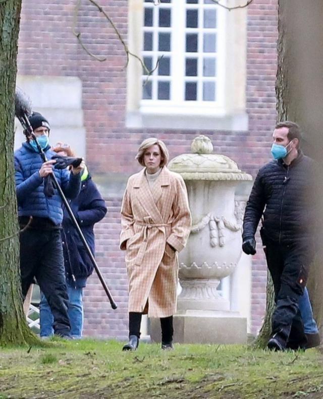画像: 3月3日にドイツのノルトキルヒェン城で目撃された撮影中の様子。