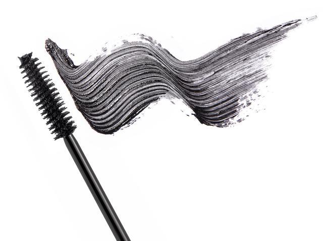 画像2: 毛の根元&隙間にもマスカラを塗る