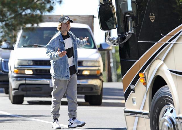 画像: 今年2月に撮影された写真。駐車の手伝いをするジャスティン・ビーバー。