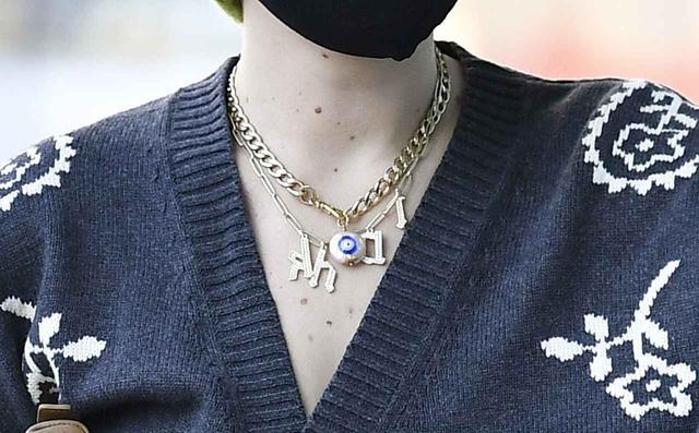 画像3: エミリーがつけていたネックレスとは?