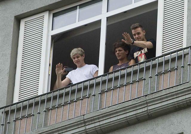 画像: メキシコでホテルの部屋から出待ちするファンに向かって手を振るナイルとルイ、リアム。