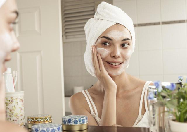 画像: 美容液と保湿クリームは一緒に使うべき?