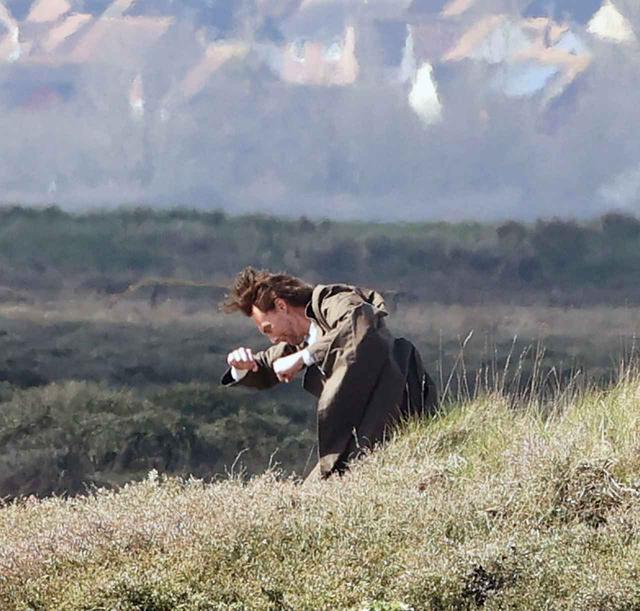 画像5: トム・ヒドルストン、崖の上で演技をこなす