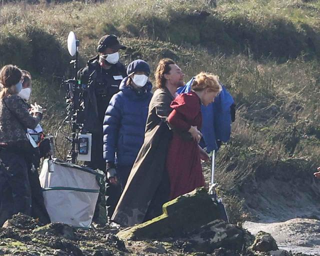 画像3: トム・ヒドルストン、崖の上で演技をこなす