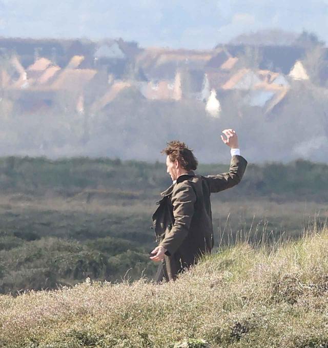 画像7: トム・ヒドルストン、崖の上で演技をこなす
