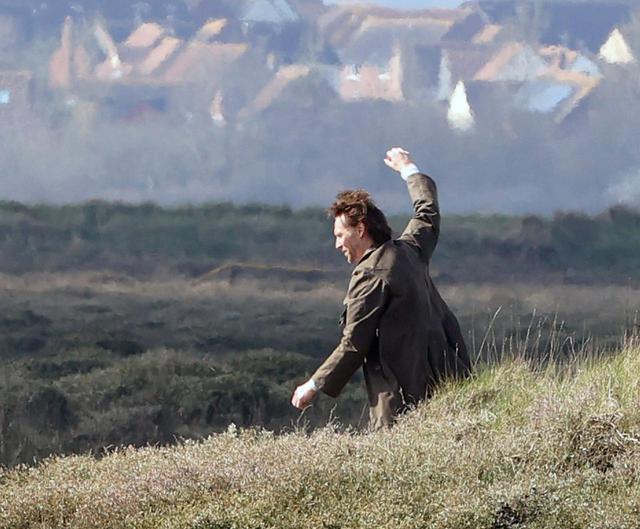 画像6: トム・ヒドルストン、崖の上で演技をこなす