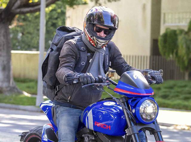 画像: キアヌ・リーブス、フルフェイスでバイク乗車も「オーラ」でバレてしまう - フロントロウ -海外セレブ情報を発信